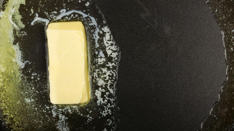 Butter schmilzt in einer Pfanne.