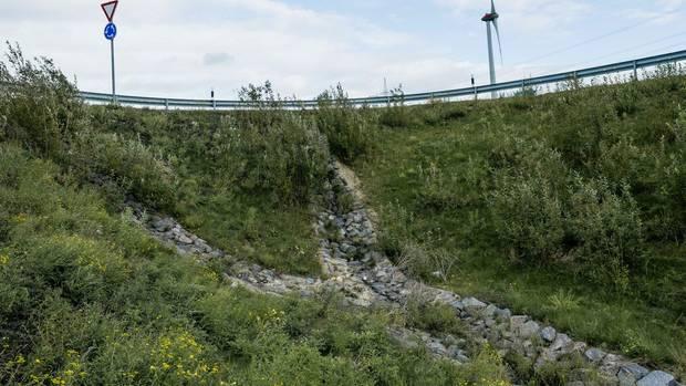 Eine Böschung an der A4 zwischen Aachen und Düren: Hier sollten einige Erpressungsopfer das Geld abwerfen