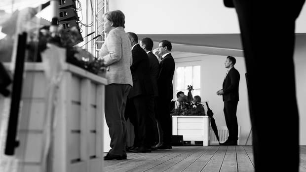 Meistens stehen noch ein paar Herren auf der Bühne, die auch ans Licht wollen. Oder in den Bundestag. Mit denen führt sie dann eine kurze Diskussion am CDU-Tresen