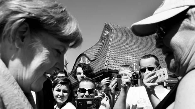 Bad in der Menge bei der Ankunft von Angela Merkel für einen Wahlkampfauftritt in Zingst