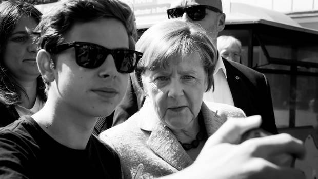 Vor vier Jahren, sagt Merkel, sei sie nur um Autogramme gebeten worden. Jetzt nur noch um Selfies. Auch gut
