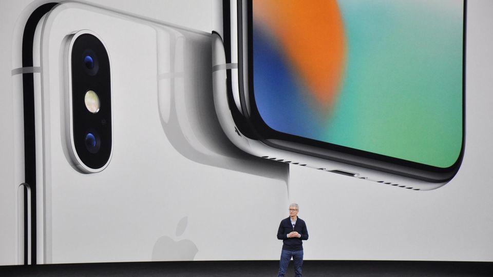 Apple-Chef Tim Cook stellt auf der Bühne das neue iPhone X vor