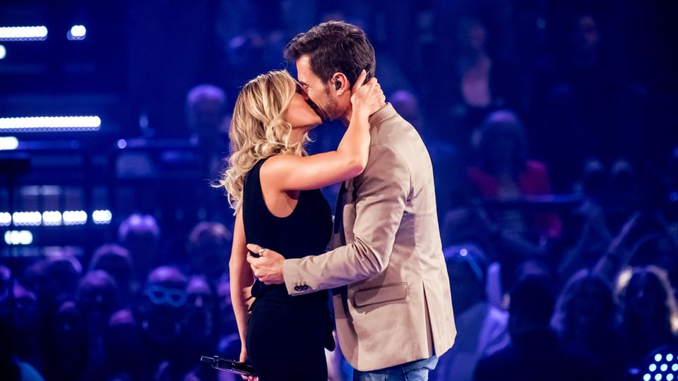 """Helene Fischer küsst in der ARD-Show """"Schlagercountdown - Das große Premierenfest"""" ihren Lebensgefährten, Moderator Florian Silbereisen. Sie sagt:""""Meine Familie und Florian geben mir halt."""""""