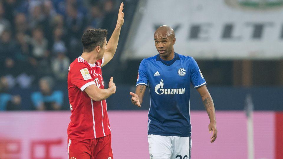 Du hast halt den Arm zu weit oben gehabt, erklärt Robert Lewandowksi vom FC Bayern München Naldo vom FC Schalke