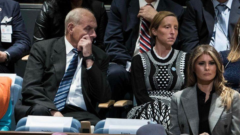 Stabschef John Kelly (M.) scheint über die Rede von US-Präsident Donald Trump vor den Vereinten Nationen nicht sehr erfreut zu sein