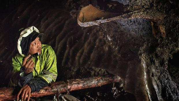 Mit einer Taschenlampe leuchtet Mischa die Höhle aus: Aus den Wänden ragen Knochen, aber kein Elfenbein