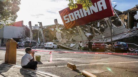 Erdbeben in Mexiko: Ein Junge sitzt vor einem zusammengebrochenen Supermarkt