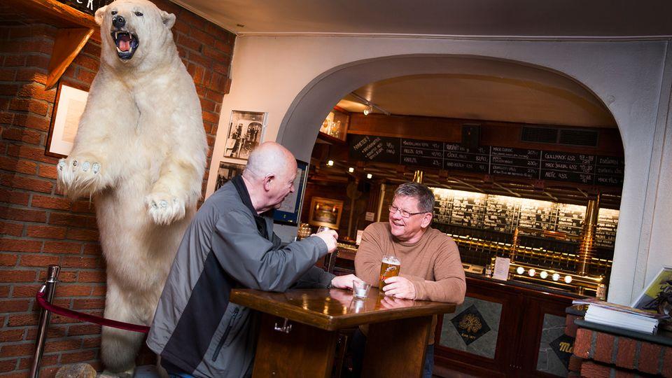 Im Bierkeller in Tromsø erinnert ein Eisbär daran, dass es draußen auch gefährlich werden kann