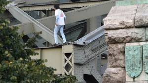 Der Mann klettert auf die Hohenzollernbrücke in Köln.