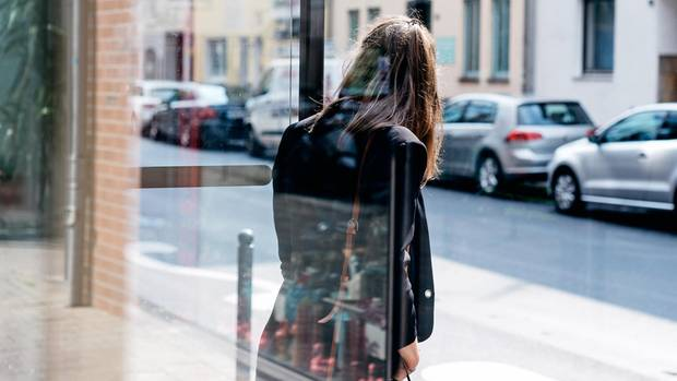 """DER FALL:  """"Mit meinem Gehalt bin ich nicht zufrieden"""", sagt Brandmanagerin Kristina Koch* aus Düsseldorf, die seit einem Jahr in ihrer Firma arbeitet. """"Ich verdiene zwar 4500 Euro im Monat brutto, aber ich weiß, dass Leute, mit denen ich in der alten Firma anfing, heute mehr als 6000 Euro monatlich verdienen. Leider hatte ich bisher noch nicht so viele Gehaltsverhandlungen. Mir fehlt die Erfahrung.""""  DER RAT:  """"Geben Sie Ihre Gehaltsvorstellungen im Gespräch nicht zu schnell preis"""", sagt Martin Wehrle. """"Ich stelle mir ein Gehalt vor, das meiner Verantwortung entspricht"""" sei eine gute Antwort. Wenn, würde er eine hohe Summe nennen. Koch habe ein gefragtes duales Studium und Auslandserfahrung. """"Auf dieser Qualifikation muss ein hoher Preis draufstehen, sonst denkt man als Chef, da ist was faul"""", so Wehrle. """"Außerdem schafft das Verhandlungsspielraum, damit der Chef Sie drücken kann. Und keine Angst: Bei Widerstand beginnt die Verhandlung erst.""""  DAS ERGEBNIS:  """"Der Berater schätzt meinen Wert auf 5800 bis 6300 Euro im Monat. Ich bin mir nicht sicher, ob ich das bei den Verhandlungen am Jahresende wirklich erreichen kann. Mal sehen, was passiert."""""""