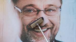 Martin Schulz von der SPD auf einem Wahlplakat, das glatt gebürstet wird