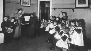 Musikunterricht in einer deutschen Schule um 1900
