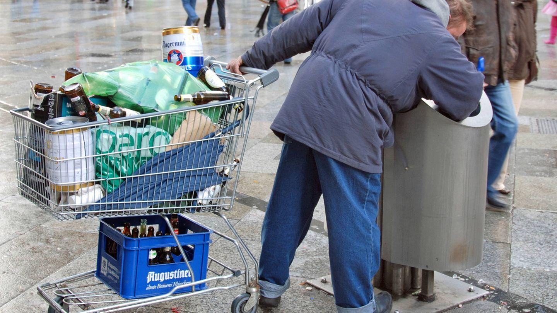 Flaschensammler, die im Müll wühlen, sind bei der Bahn nicht gerne gesehen