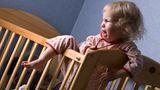 Nachtruhe einhalten. Auch für Kinder gilt die Nachtruhe zwischen 22 Uhr und 6 Uhr. Das bedeutet aber nur, dass nachts nicht lauter als mit Zimmerlautstärke gespielt werden darf. Schreiende Babys und von Albträumen aufgeschreckte Kleinkinder müssen Nachbarn ebenso ertragen wie die Eltern.