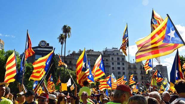 """Hunderttausende schwenken bei einer Demonstration die katalanische Fahnen: """"Wir wollen Spanien nicht den Rücken kehren, sondern die besten Nachbarn sein, es gibt so vieleVerbindungen"""", sagte kürzlich Kataloniens Regierungschef Carles Puigdemont in einem Interview."""