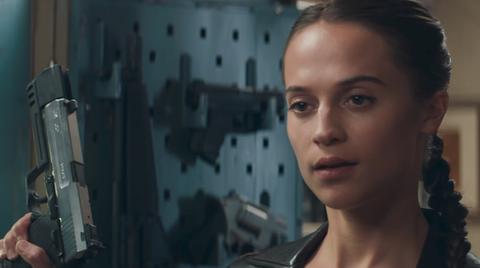 """Alicia Vikander als Lara Croft in """"Tomb Raider"""" hält im neuen Trailer zum Film zwei silberne Pistolen auf Kopfhöhe"""
