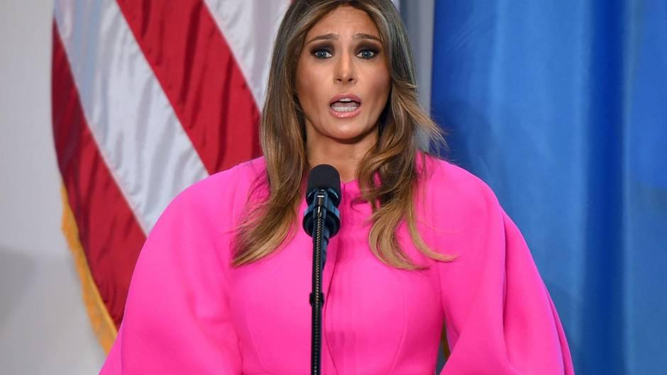 Melania Trump spricht in pinkem Mantel