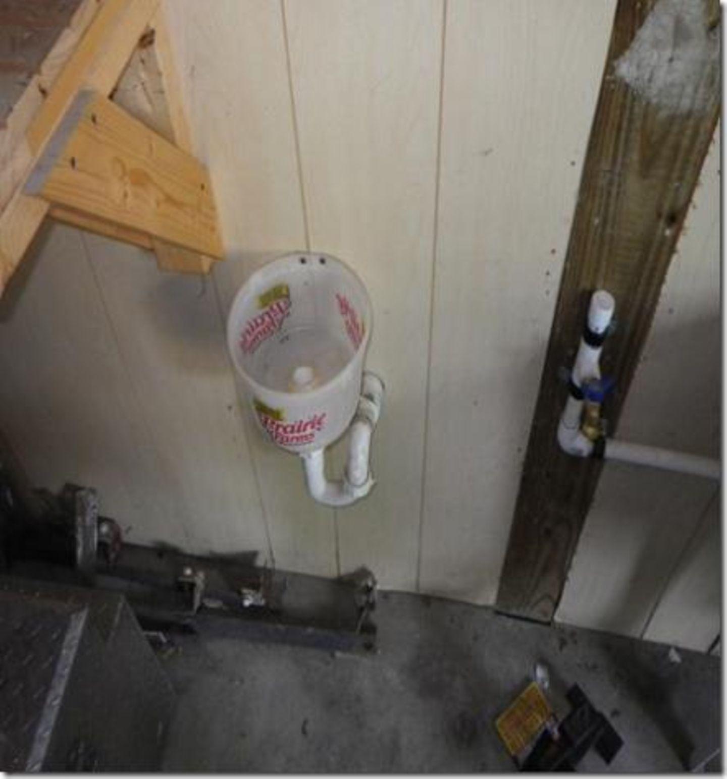Ein improvisiertes Urinal kann man auch aus einem alten Eimer herstellen. Die Flüssigkeit läuft in den Garten ab.