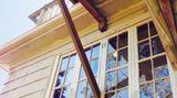 Die Party kann beginnen! Diese Dachterrasse stützt sich locker auf dem inneren Fensterrahmen ab.