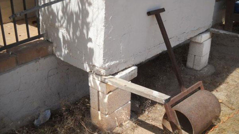 Hier wurde ein Grill angebaut. Für ein Fundament reichten die Steine leider nicht aus. Der Gutachter war unschlüssig, ob die Walze das Gebäude stützt, oder ob man sie gefahrlos entfernen kann.
