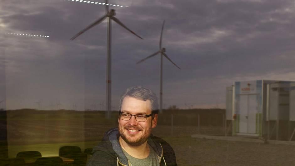 Windcloud-Chef Karl Rabe blickt auf die treibende Kraft seiner Firma: Wind. Als einziges Unternehmen bietet er Cloud-Dienste aus reinem Ökostrom an.
