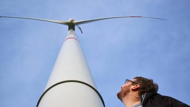 Windcloud-Chef Karl Rabe vor einem der Windräder im Windpark Barderup in Nordfriesland. Allein mit der Energie aus dem Wind betreibt er ein Rechenzentrum. Die IT produziert weltweit genauso viel Schadstoffe wie der Flugverkehr.