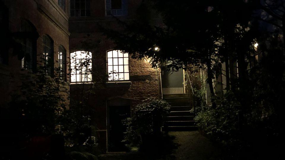 Aufnahme bei Nacht. Die Bedingungen sind schwierig: Es ist sehr dunkel, stellenweise gibt es aber sehr viel Licht (etwa die Fenster). Dafür kann sich das Ergebnis sehen lassen.
