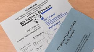 Links wird die Erststimme abgegeben, recht die Zweitstimme für die Bundestagswahl
