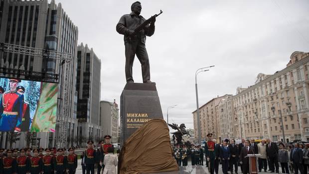 Das Denkmal des Waffenentwicklers Michael Kalaschnikow wird am 19.09.2017 in Moskau (Russland) feierlich enthüllt