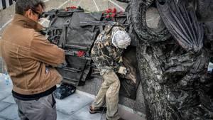 Panne auf Kalaschnikow-Denkmal: Mit einer Flex entfernen Arbeiter die Abbildung des Sturmgewehrs vom Typ StG 44