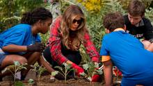 """23. September: First Lady im Gemüsebeet    Washington DC, USA: Melania Trump (47), First Lady der USA, hat die Tradition ihrer Vorgängerin Michelle Obama im Gemüsegarten des Weißen Hauses wieder aufgenommen. Mit einer Gruppe von zehn- und elfjährigen Schülern pflanzte die Frau von US-Präsident Donald Trump unter anderem Paprika und Okraschoten und sprach über gesunde Ernährung. Trump ermahnte ihre Gäste, ausreichend Obst und Gemüse zu essen. """"Passt auf euch auf!"""", riet das Ex-Model."""