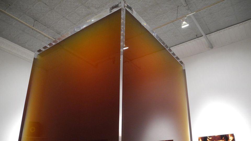"""Die Installation """"Pissed"""" des Künstlers Cassils steht in der Ausstellung """"Monumental"""" in der Feldman Gallery in New York"""