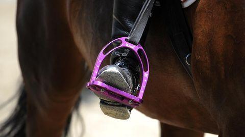 Die Vierjährige verfing sich beim Sturz vom Pferd im Steigbügel (Symbolfoto) und wurde mitgeschleift