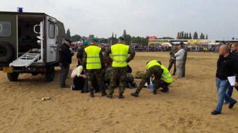Militärschau in Prag: Rettungskräfte und Soldaten versorgen verletzte Personen