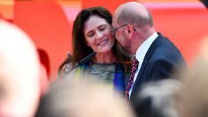 SPD-Kanzlerkandidat Martin Schulz küsst seine Frau Inge