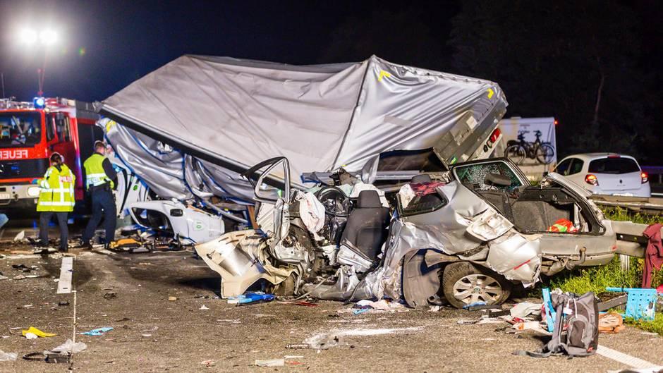 Die drei Insassen des Wagens - zwei Frauen und ein Mann - starben noch am Unfallort