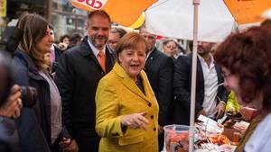 Angela Merkel am Tag vor der Wahl: Auftritt am Wahlstand in Stralsund im gelben Sakko