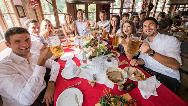 Spieler des FC Bayern München auf dem Oktoberfest