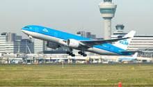 Eine Boeing 777-200 von KLM verlor mitten im Flug ein Teil der Rumpfverkleidung