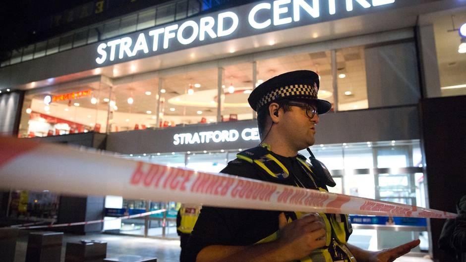 Rettungskräfte und Polizisten stehen bei einem Notfalleinsatz vor dem Stratford Center in London