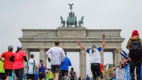 Teilnehmer des 44. Berlin-Marathon laufen auf das Brandenburger Tor zu