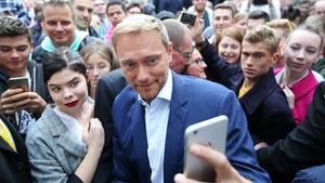 Christian Lindner bei einer Wahlkampfveranstaltung ein Selfie mit einer Anhängerin