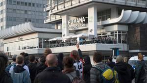 Demonstranten protestieren in Berlin vor einem Hochhaus gegen die Wahlparty der AfD, die in einem Club im unteren Teil des Gebäudes stattfindet.Die AfD wird Prognosen zufolge mit 13,5 Prozent als drittstärkste Kraft erstmals in den Bundestag einziehen.