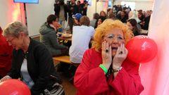 Berlin: Gäste der Wahlparty der SPD reagieren entsetzt auf die Veröffentlichung der ersten Prognosen zum Ausgang der Bundestagswahl 2017. Der aktuellen Hochrechnung zufolge kommt die SPD auf 20,9 Prozent der Stimmen.