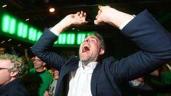 Freude dagegen bei den Grünen: Der Bundestagsabgeordnete Dieter Janecek (Bündnis 90/Die Grünen) freut sich über die erste Hochrechnung des Wahlergebnisses. Die Grünen stehen derzeit bei 9,4 Prozent der Wählerstimmen.