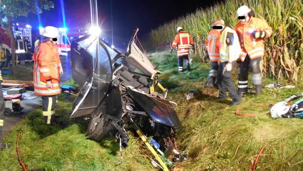 Nachrichten aus Deutschland: Feuerwehrleute am Unfallort