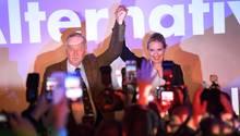 Recht erfreut: Die AfD-Spitzenkandidaten Alexander Gauland und Alice Weidel bejubeln ihren Einzug in den Bundestag.