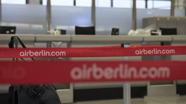 """""""Air Berlin"""" steht auf Absperrbändern am Flughafen Tegel"""