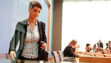 Frauke Petry verlässt eine Pressekonferenz mit den AfD-Spitzenkandidaten Alice Weidel und Alexander Gauland