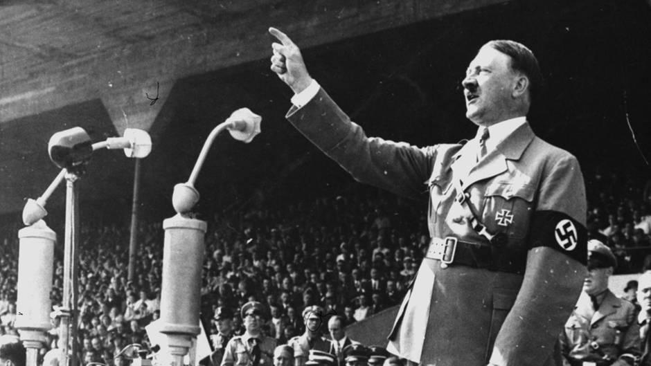 Hitler bei einer Rede 1937